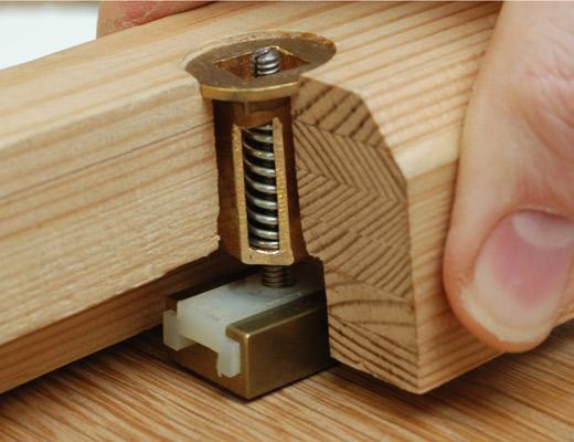 <p>Sistema de barrotes móviles que respeta el movimiento natural de la madera</p>