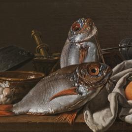 Bodegón con besugos, naranjas, ajo, condimentos y utensilios de cocina.
