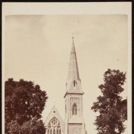 Exterior de una iglesia parroquial neogótica