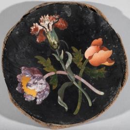 Placa circular con ramos de flores
